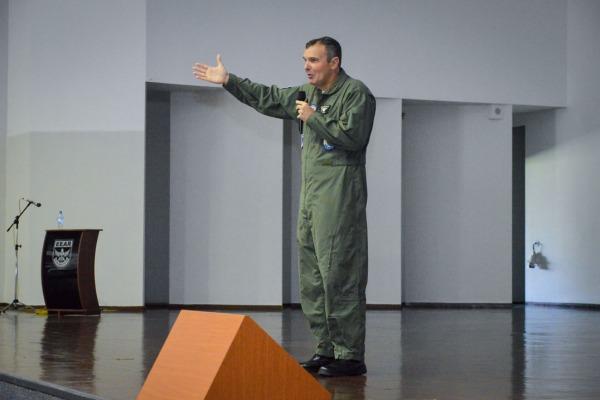 Comandante da EEAR fala para os novos alunos