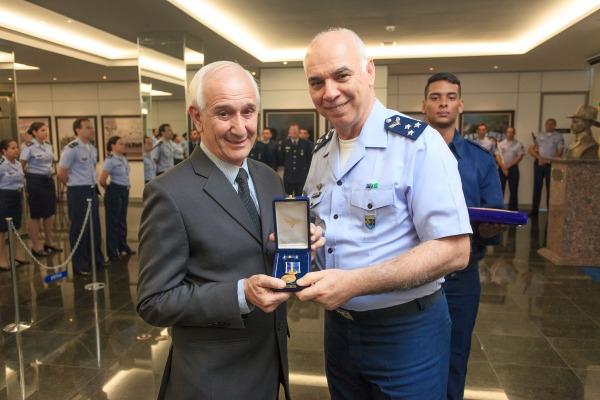 Agraciado com a medalha-prêmio Força Aérea Brasileira