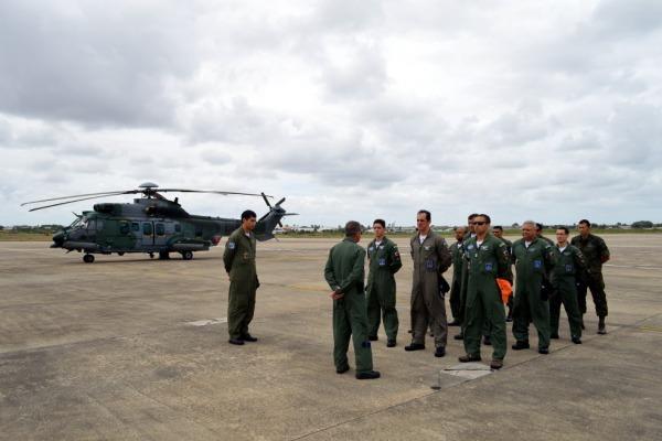 O Tenente-Coronel Mario apresentou as equipagens do 1/8 GAV ao Comandante da Ala