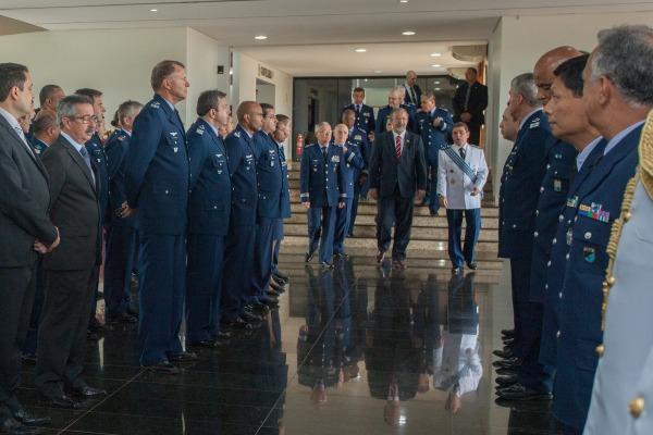 Ministro da Defesa Raul Jungmann chega a cerimônia de despedida