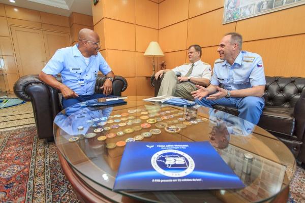 Chefe do Estado-Maior da Aeronáutica com autoridades estrangeiras