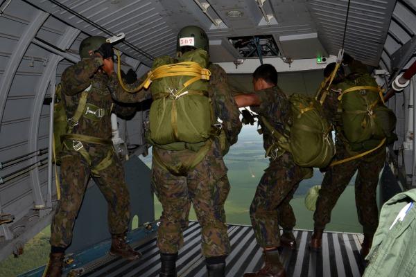 Objetivo é preparar os militares para o abandono de uma aeronave em situação de risco