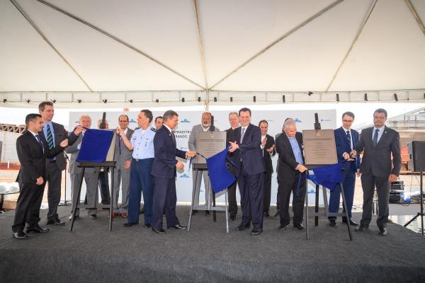 Durante o ato, que aconteceu junto às obras do novo Centro de Operações Espaciais, autoridades destacaram o sucesso da interação entre as áreas civil e militar