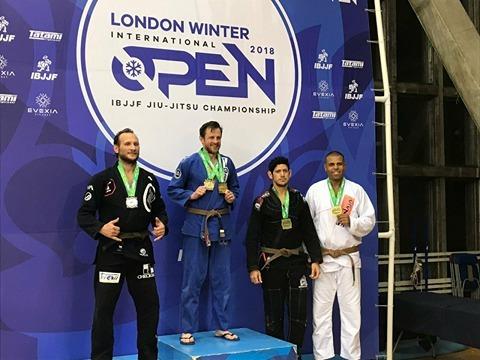 Cabo Junio Costa recebendo a medalha em Londres