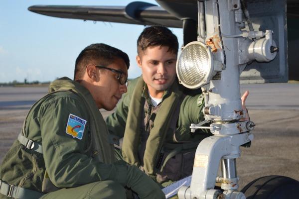 Instrutor e estagiário realizando inspeção no C-95