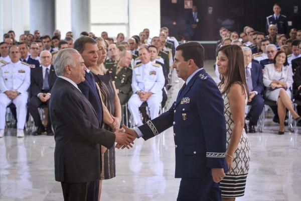 Tenente-Brigadeiro Baptista Junior cumprimenta o Presidente