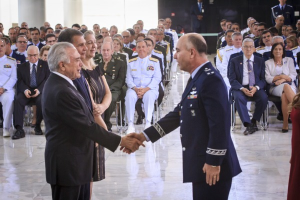 Brigadeiro Marcelo cumprimenta o Presidente