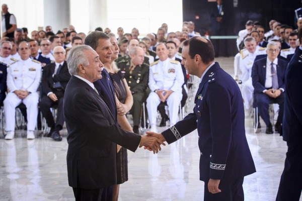 Brigadeiro Mário cumprimenta o Presidente