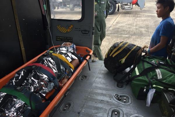 Indígena dentro do helicóptero H-60 Black Hawk