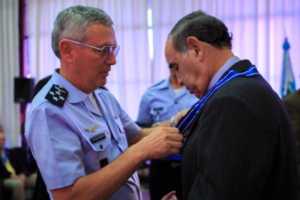 Comandante da Aeronáutica entrega colar de conselheiro ao homenageado
