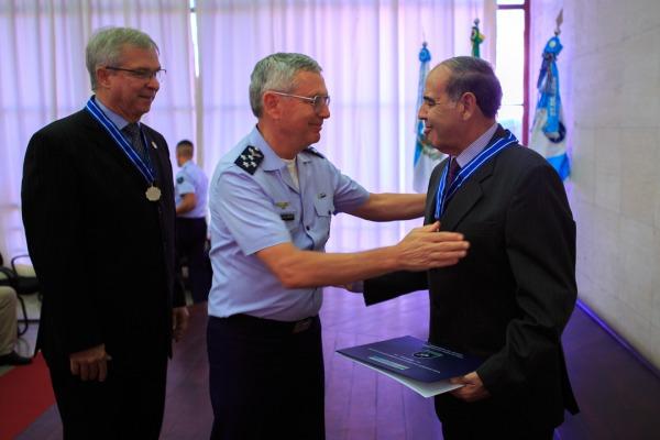 Comandante da Aeronáutica entrega diploma ao novo conselheiro