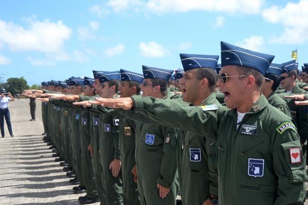 O distintivo é utilizado por todos os Oficiais Aviadores da Aviação de Caça
