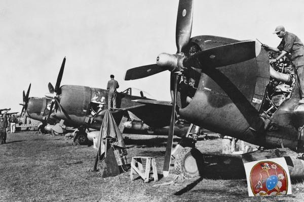 Aeronaves P-47 passam por manutenção na Itália