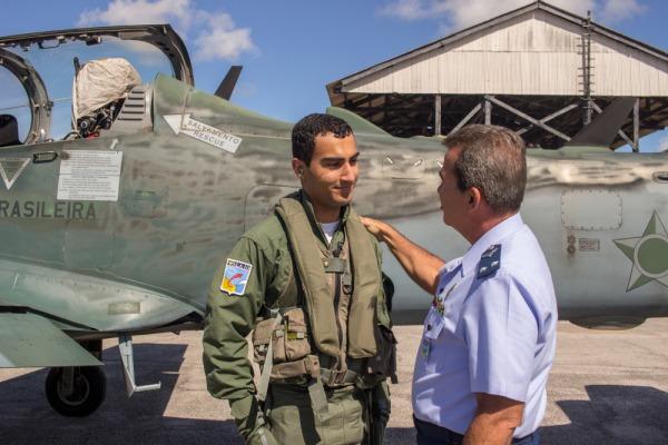 O estagiário deve realizar procedimentos básicos de controle da aeronave A-29 Super Tucano