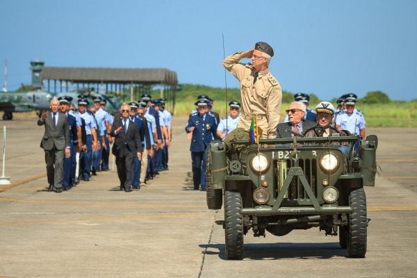 Desfile militar reuniu pilotos de caça de ontem e de hoje