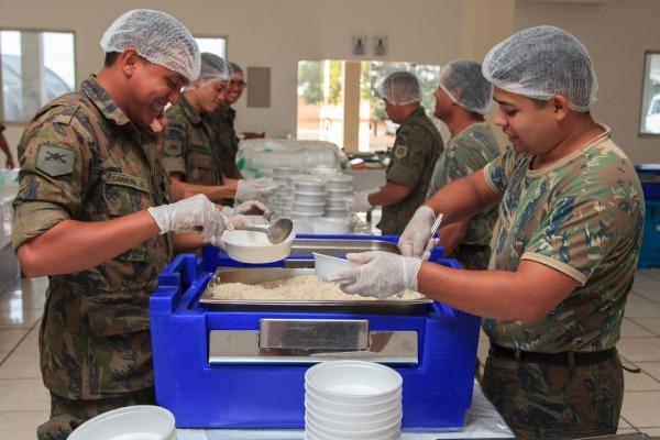 A FAB realiza o transporte de venezuelanos e a produção de 4.500 refeições diárias
