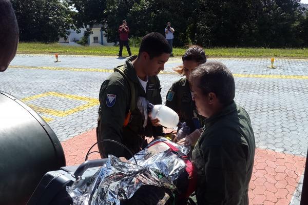 Equipe médica retira a vítima de dentro da aeronave