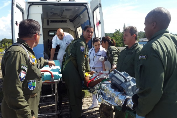 A médica do Esquadrão passa as informações sobre a vítima para a médica do HFAG