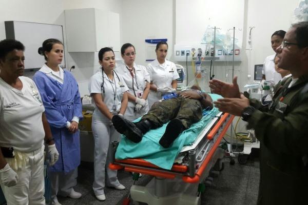 Chefe da emergência do HFAG faz debrifim para a equipe do hospital