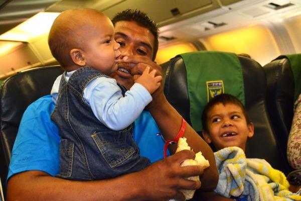 Família de venezuelanos aguarda a decolagem no Boeing 767 da FAB