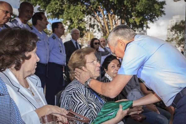 Esposa recebe o Pavilhão Nacional