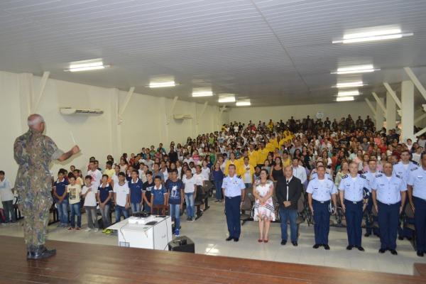 A equipe conta com nove militares na coordenação e 20 estagiários de educação física, pedagogia e letras