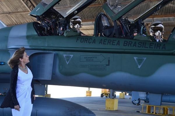 Com o apoio da mãe, os dois irmãos se tornaram pilotos de caça da Força Aérea Brasileira e, atualmente, trabalham juntos no mesmo esquadrão