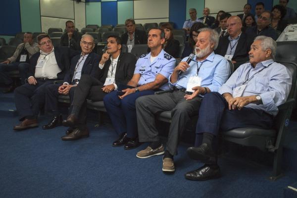 Comitiva de diversos órgãos governamentais durante visita ao CLA