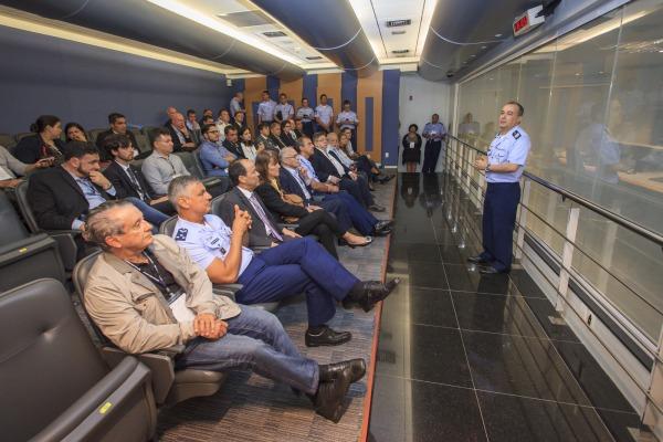 Diretor do CLA apresenta o Centro de Controle do CLA