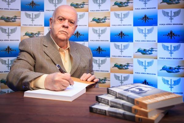 O escritor e jornalista foi autor de diversos livros que consagram a história e personalidades da FAB