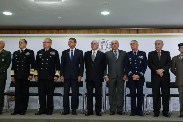 Autoridades da Defesa acompanham lançamento da exposição