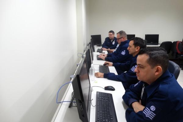 Prática dos alunos no Laboratório de Simulação