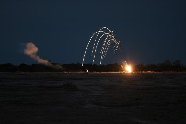 Pilotos realizam bombardeios durante a noite com óculos de visão noturna