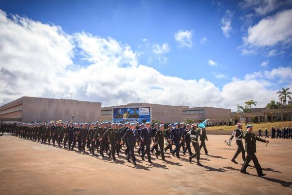 Grupamento de capacetes azuis desfilou em continência ao Ministro da Defesa