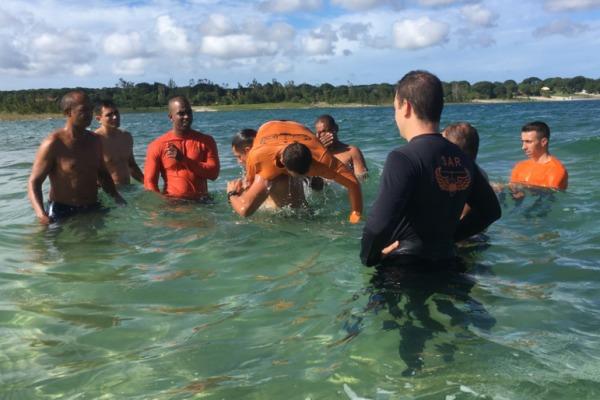 Equipe do 1º/11º GAv recebe instruções de resgate marítimo