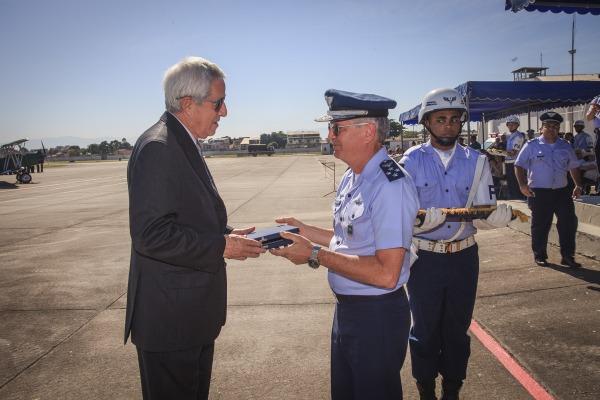 Homenageado recebe a placa Força Aérea