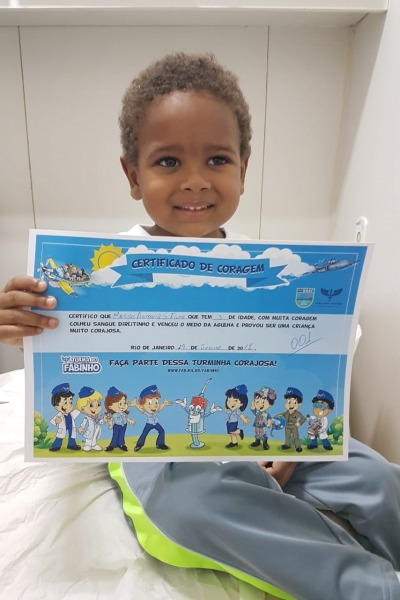 Certificado de Coragem com desenhos para colorir é entregue às crianças