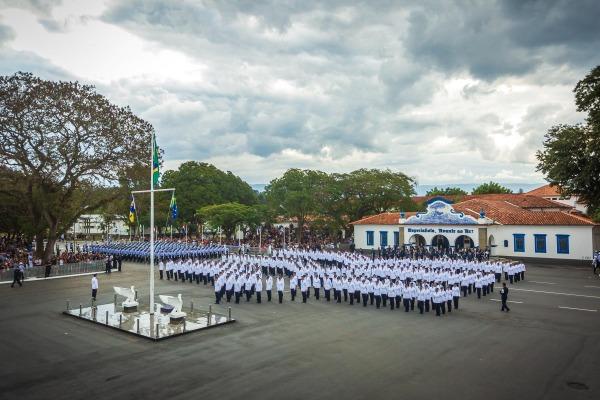 Os novos militares formam a insígnia de Terceiro-Sargento
