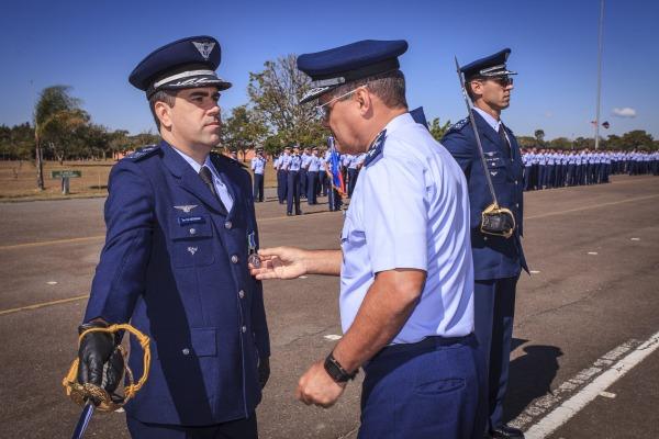 Comandante do Esquadrão Carcará é condecorado