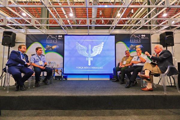 Militares da Marinha, do Exército e da Força Aérea se reuniram com representante das empresas de Defesa para painel de debate no segundo dia de feira