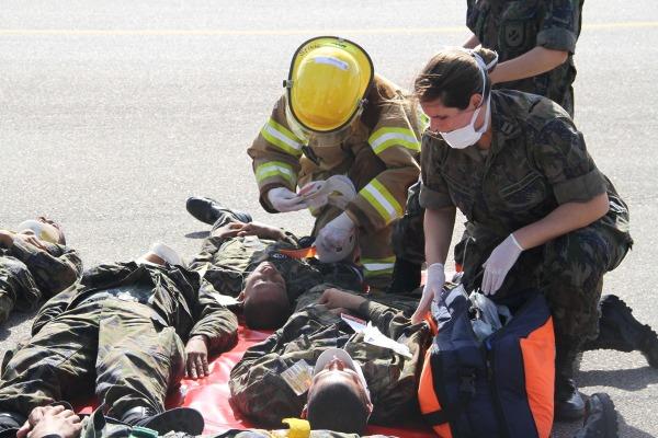 Vítimas passam por triagem para identificar gravidade dos ferimentos