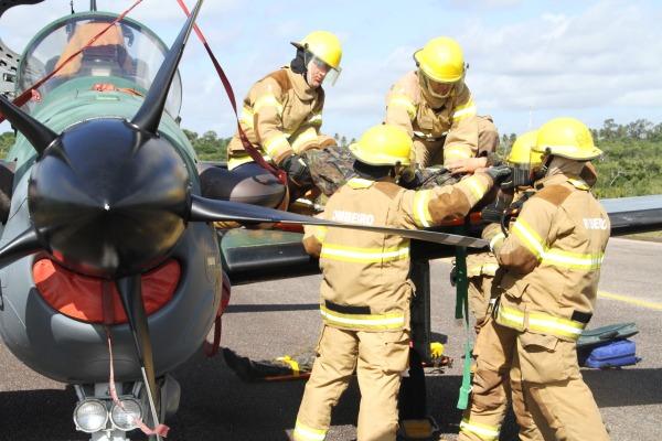 Bombeiros retiram pilotos de aeronave em treinamento