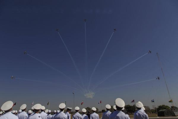 Esquadrilha da Fumaça fez demonstração em homenagem aos cadetes