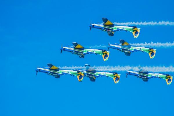 Show de manobras e acrobacias aéreas encanta público durante feriado municipal