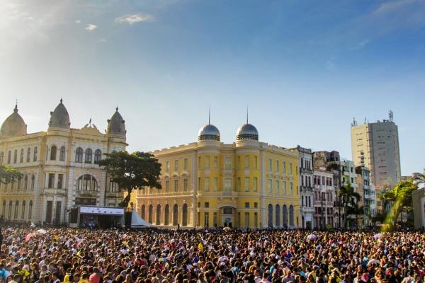 Milhares de pessoas acompanharam o espetáculo no centro da capital pernambucana