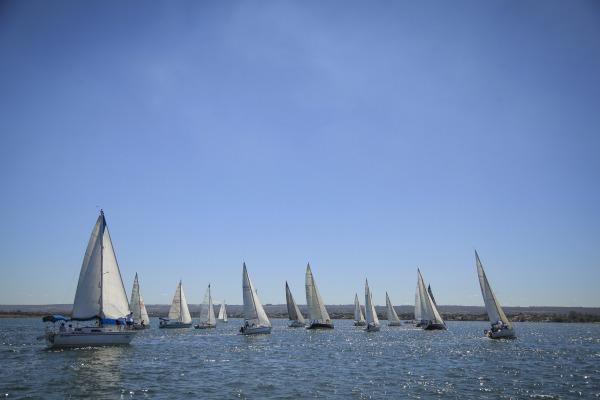 Maior do mundo em águas abrigadas, competição reuniu 26 veleiros no Clube da Aeronáutica