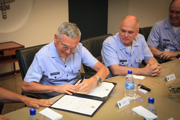 Comandante da FAB assina Memorando de Entendimento