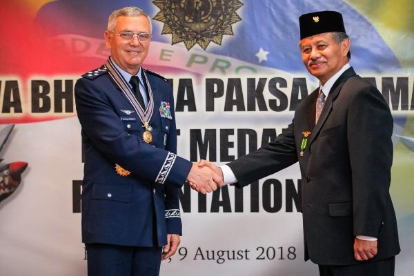 Comenda é um agradecimento pela cooperação entre os países