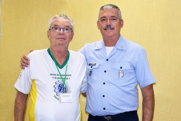 Brigadeiro ainda assistiu presente emocionante de um pai para formando da EEAR