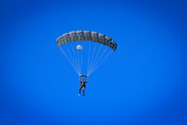 Exercício envolve o lançamento de paraquedistas equipados em salto semiautomático e livre